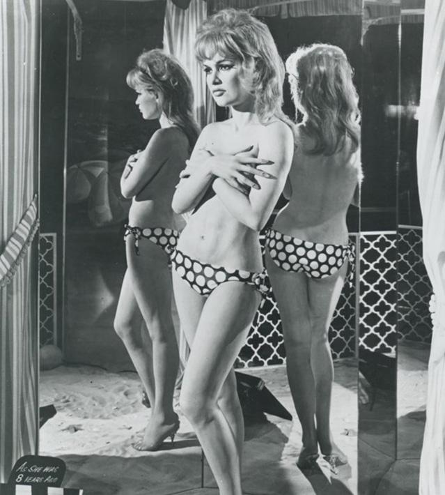 Brigitte Bardot punktet im sexy Bikini