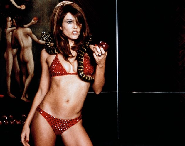 Eine Sünde wert: Elizabeth Hurley in einem roten Triangel-Bikini