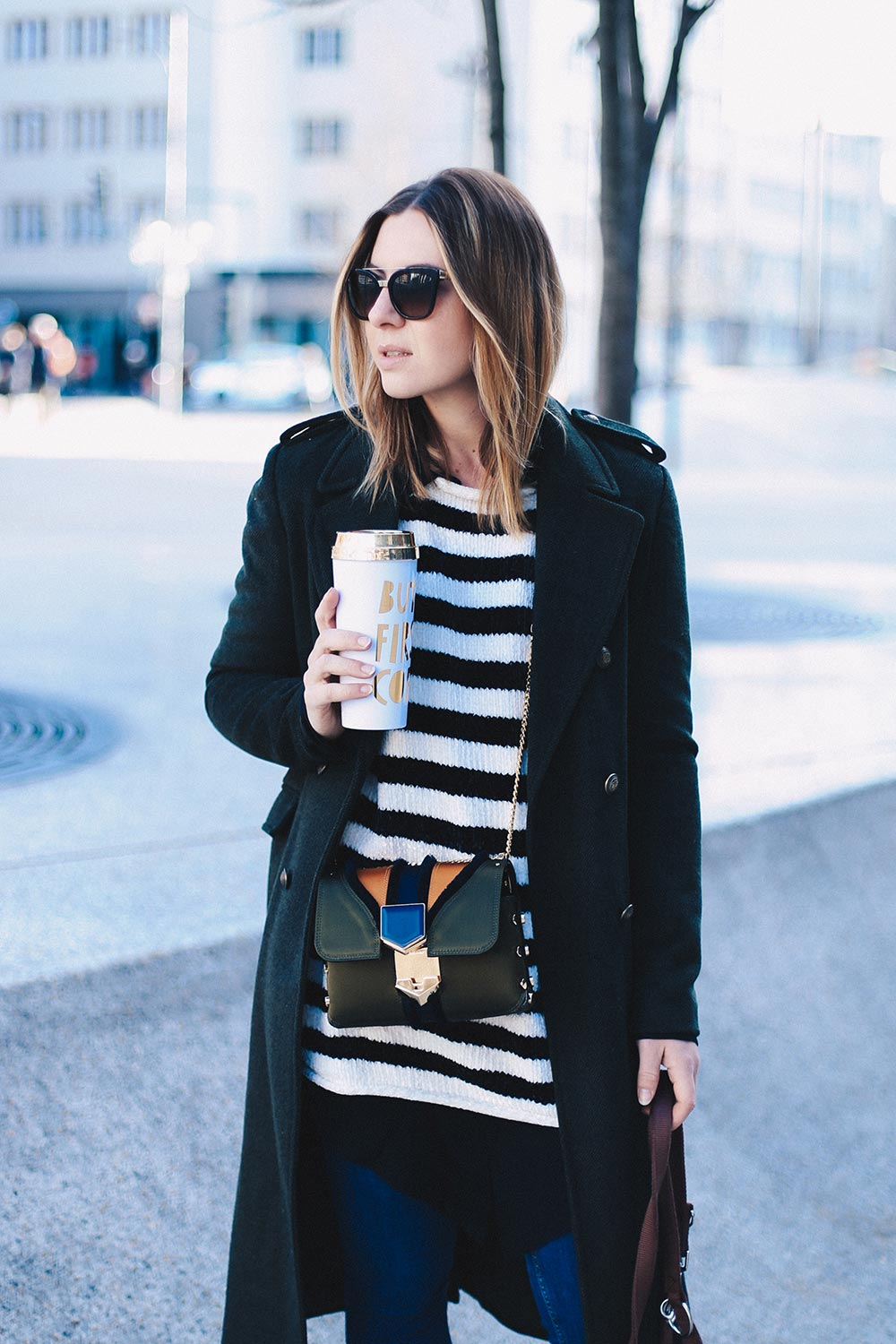 Jimmy Choo Lockett Petite Bag und Balenciaga Ceinture Boots, Skinny Jeans, Winter Streetstyle, Coffe To Go, But First Coffee, Frenchie, Fashion Blog, Modeblog, Outfit Blog, whoismocca.com