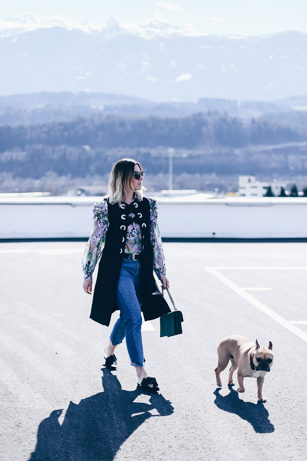Frühlingsoutfit mit Volantbluse, Mom Jeans, Eyelets-Weste, Streetstyle, How to wear, Outfit Blog, Style Blog, Modeblog, Fashionblog, www.whoismocca.com