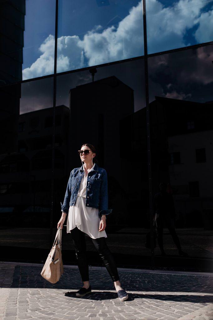 Frühsommer-Outfit mit Jeansjacke, Lederimitat-Hose und Espadrilles