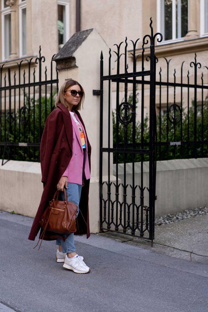 Herbst Outfit mit Mom Jeans, Blazer und Oversize-Mantel