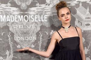 Cara Delevingne: Mit Piercing zur Chanel-Ausstellung