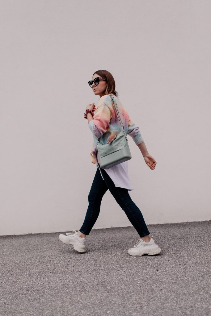 Frühlingsoutfit mit Jeans, Pastell-Cardigan und Sneakers