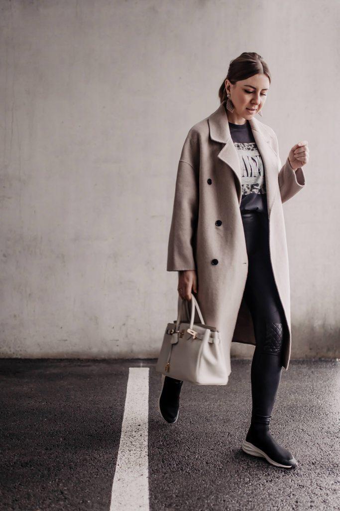 Outfit mit Sock Sneakers, Lederhose und Oversize-Mantel